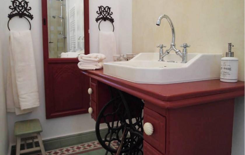 Location de vacances - Chambre d'hôtes à Saint-Saturnin-lès-Avignon - Salle de douche Cardinale