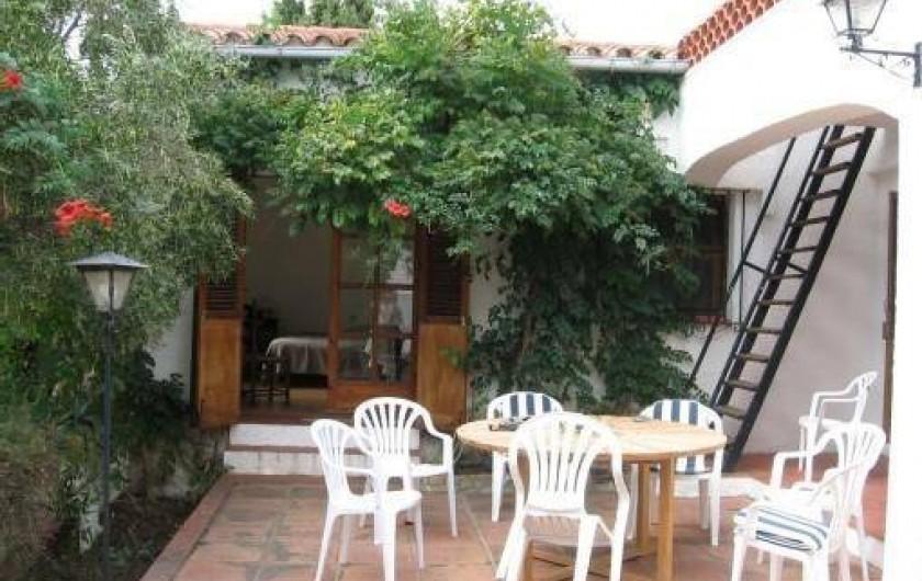 Location de vacances - Villa à Roses - Terrasse principale pour petit déjeuner et diner. Porte fenêtre ch 1