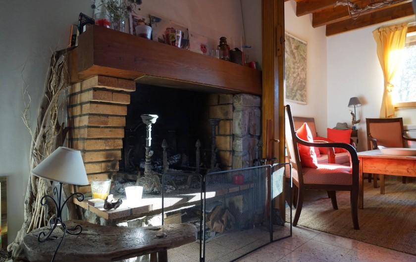 Location de vacances - Chalet à Seyne - cheminée dans le salon salle a manger