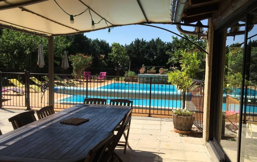 Location de vacances - Villa à Vézénobres - pergola avec ses tables teck 2x12 personnes