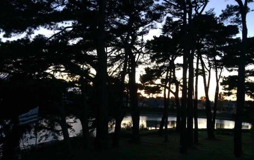 Location de vacances - Villa à Perros-Guirec - maison bordée par des arbres et un étang de mer
