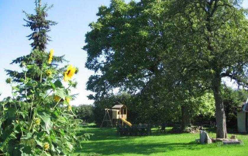 Location de vacances - Gîte à Xhierfomont - Un grand jardin avec coin jeu d'enfants.  Au Vieux Noyer Stoumont