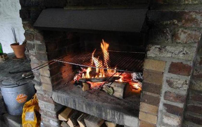 Location de vacances - Gîte à Xhierfomont - Sous l'auvent un coin feu pour BBQ ou moment sympa en soirée. Au Vieux Noyer