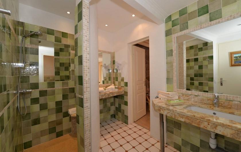 Location de vacances - Chambre d'hôtes à Cavalaire-sur-Mer - salle de bain avec douche