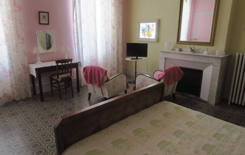 """Location de vacances - Chambre d'hôtes à Ouveillan - la chambre """"Pastel"""" son vitrail"""