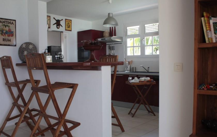 Location de vacances - Villa à Saint-François - Du salon vers la cuisine, coin bar café desserte 4 chaises hautes