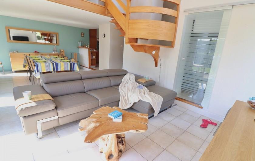 Location de vacances - Villa à Matignon - Salon/salle à manger avec canapé en cuir et smartTV