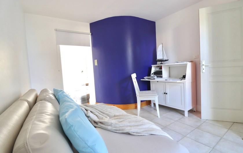 Location de vacances - Villa à Matignon - Vue bibliothèque vers salon. Porte coulissante en verre et petit bureau.