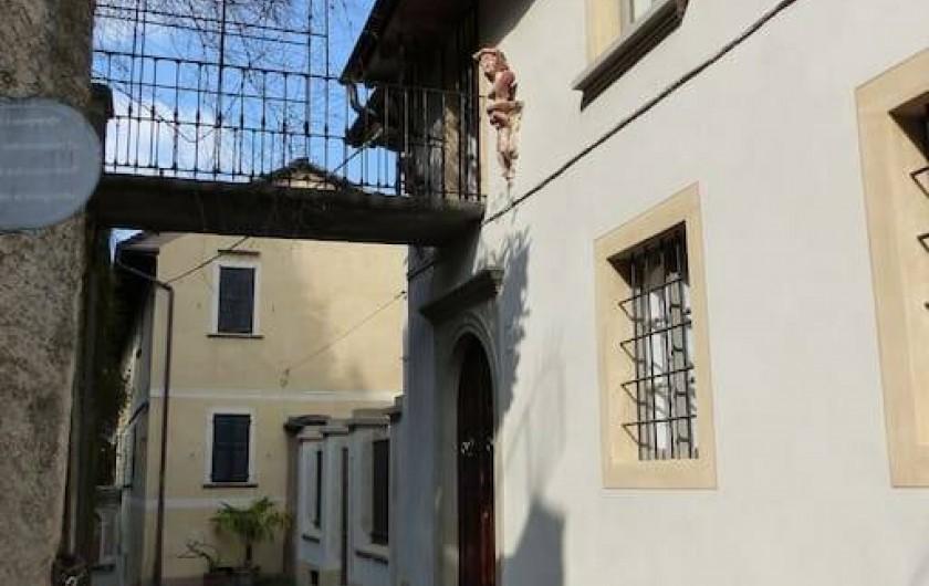 Location de vacances - Villa à Isola San Giulio - facade vers la rue et pont vers le jardin