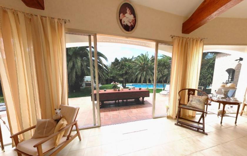 Location de vacances - Villa à Saint-Tropez - Salle de séjour (côté piscine)