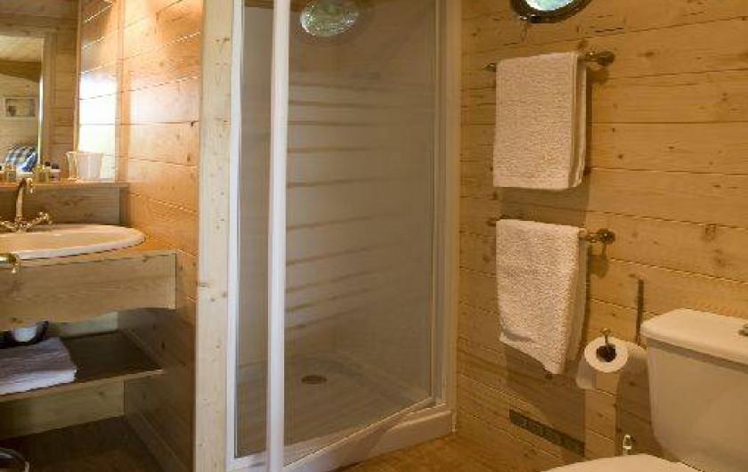 Location de vacances - Roulotte à La Chapelle-Blanche-Saint-Martin - Roulotte lit fait, serviettes dans la salle de bain (Touraine)