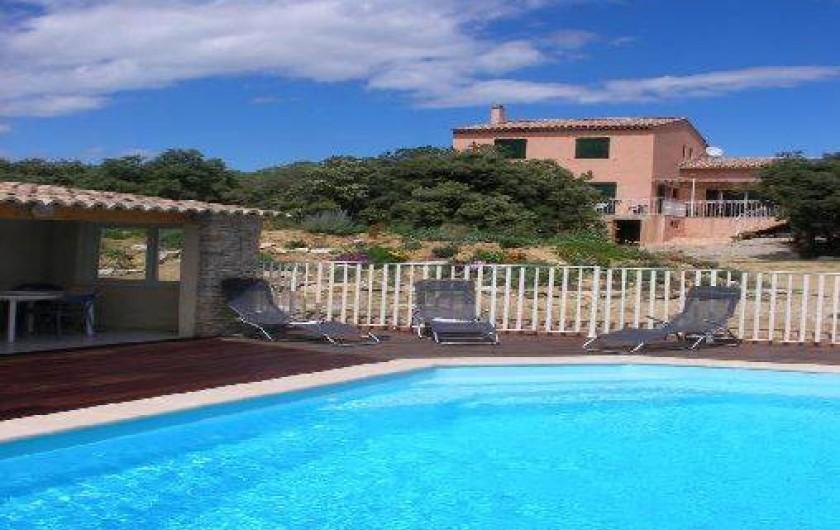 Location de vacances - Villa à Roche-Saint-Secret-Béconne - Vue générale de la piscine et de la maison.
