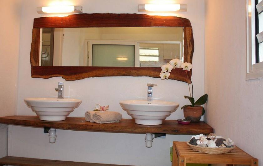 Location de vacances - Gîte à La Saline Les Hauts - les deux vasques de la salle de douche