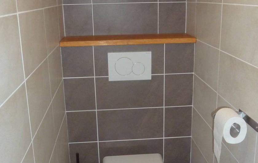 Location de vacances - Gîte à Valmeinier - Toilettes séparées de la salle de bain