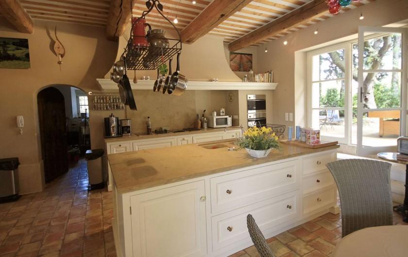Location de vacances - Mas à Grillon - cuisine ouverte sur salle à manger