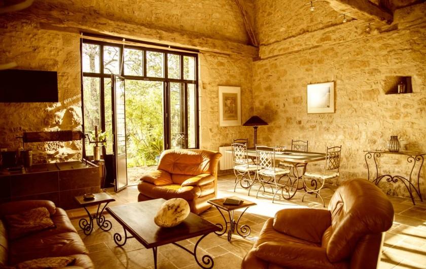 Location de vacances - Gîte à Saint-Rabier - Séjour ouvrant sur la terrasse privative et le jardin