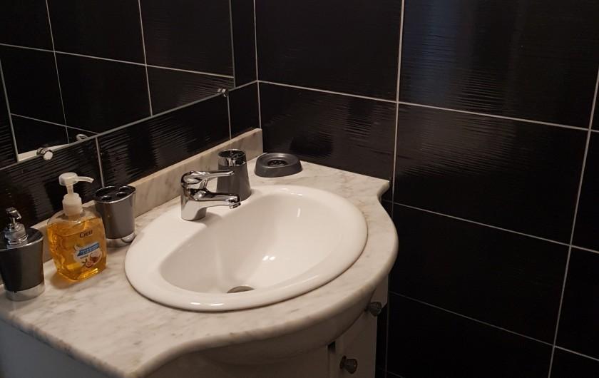 Location de vacances - Appartement à Argelès-sur-Mer - lavabo + miroir