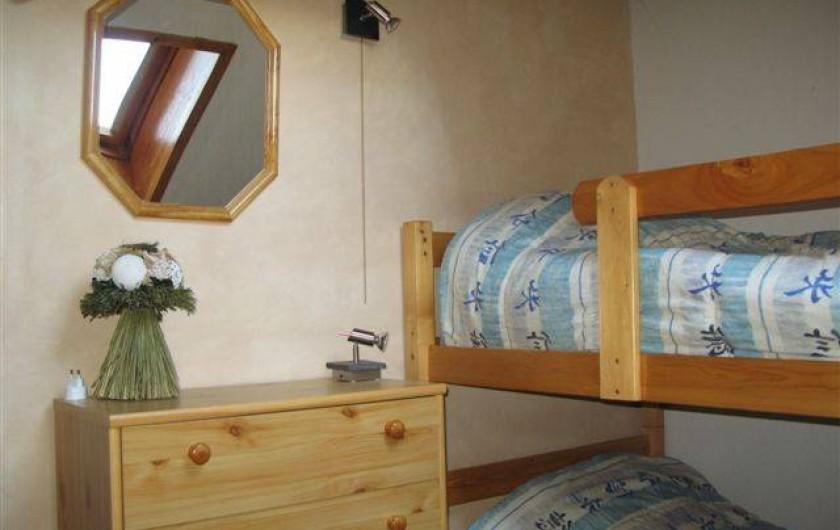 Location de vacances - Appartement à Saint-Sorlin-d'Arves - Mezzanine:  commode, lit de bébé