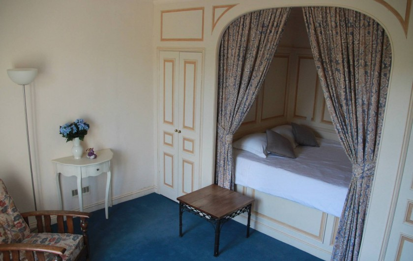 Location de vacances - Villa à Saint-Moreil - Grande chambre avec chalit double et deux grands placards. Vue sur le lac