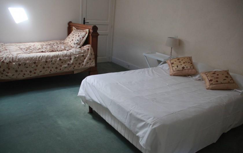 Location de vacances - Villa à Saint-Moreil - Spacieuse chambre au deuxième étage avec un lit double et lit classique