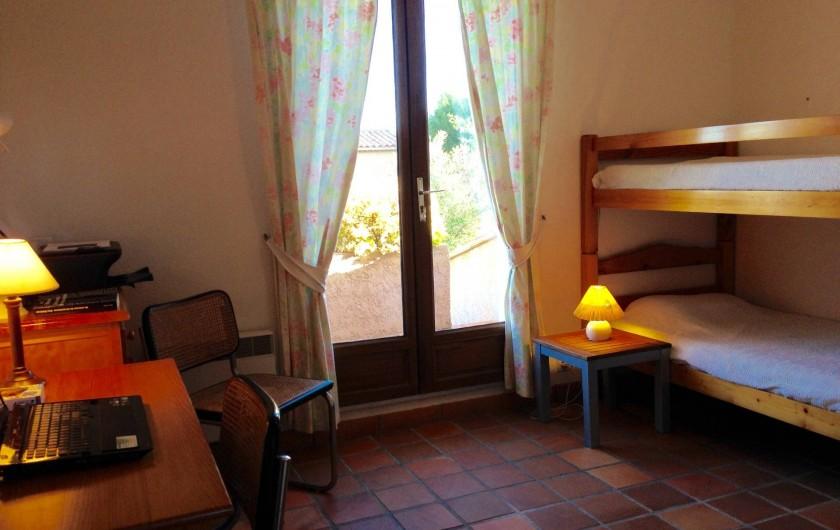 Location de vacances - Villa à Saint-Aygulf - Chambre 4 rez donnant sur grande terrasse