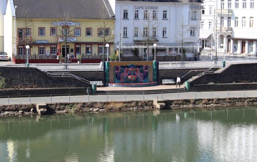 Location de vacances - Appartement à Bad Ems - Vue du balcon - Fontaine de Hundertwasser