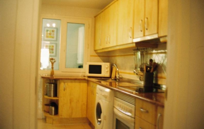 Location de vacances - Appartement à Marbella - The kitchen going into laundry room.