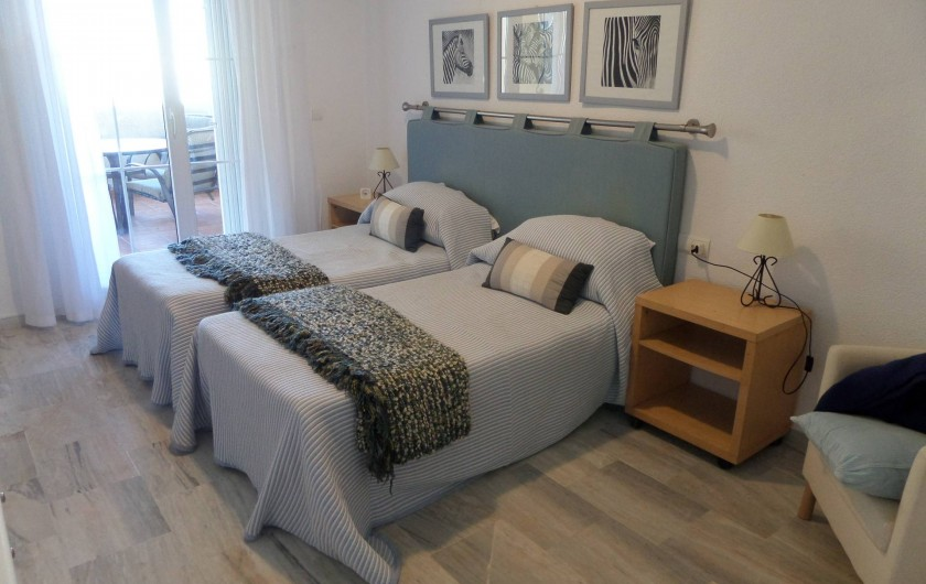 Location de vacances - Appartement à Marbella - Main bedroom which opens onto the top terrace.