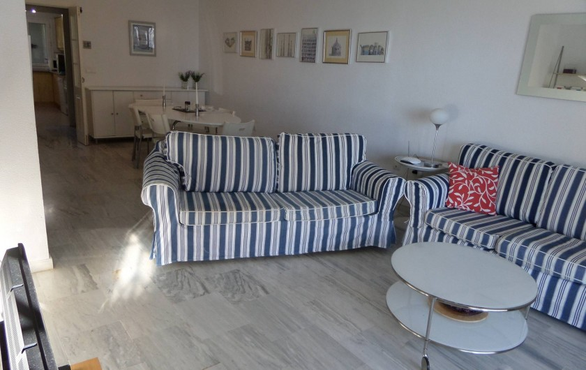 Location de vacances - Appartement à Marbella - Lounge going through to dining room.