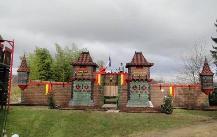 """Location de vacances - Gîte à Saint-Vérand - 1 """"véritable"""" château fort avec pont levis et oubliettes"""