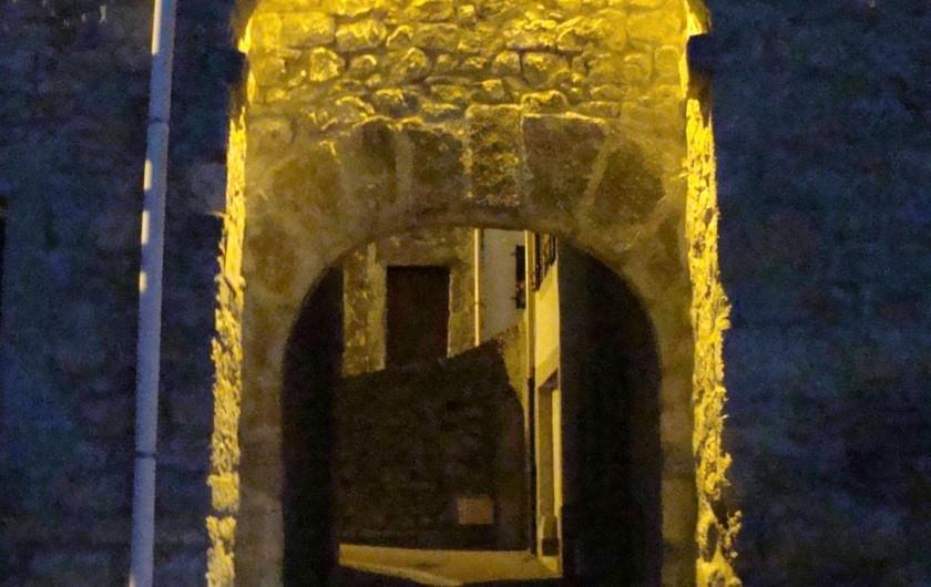 Location de vacances - Gîte à Ribaute - Entrée médiévale du village.