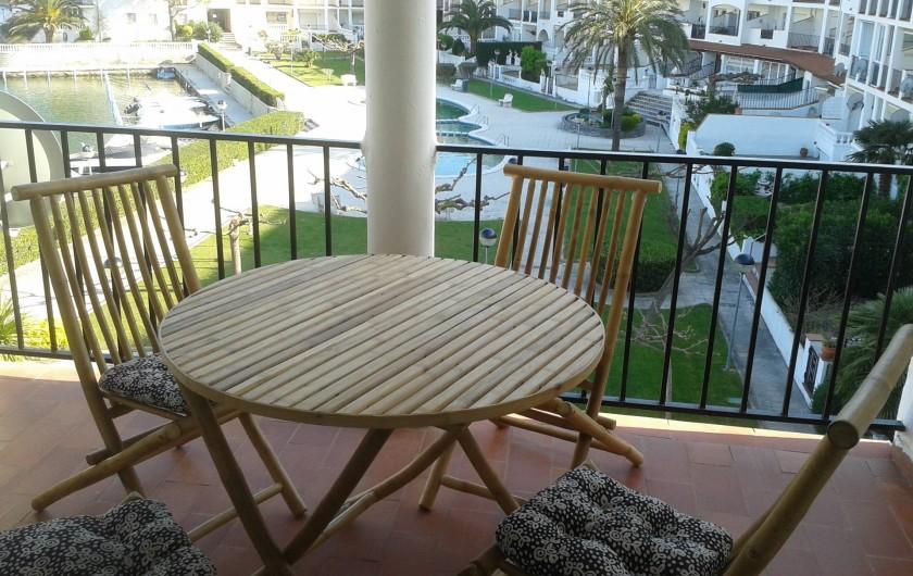 Location de vacances - Appartement à Empuriabrava - Balcon plein sud, face jardin et piscine. Vue animée (parachutes, bateaux)