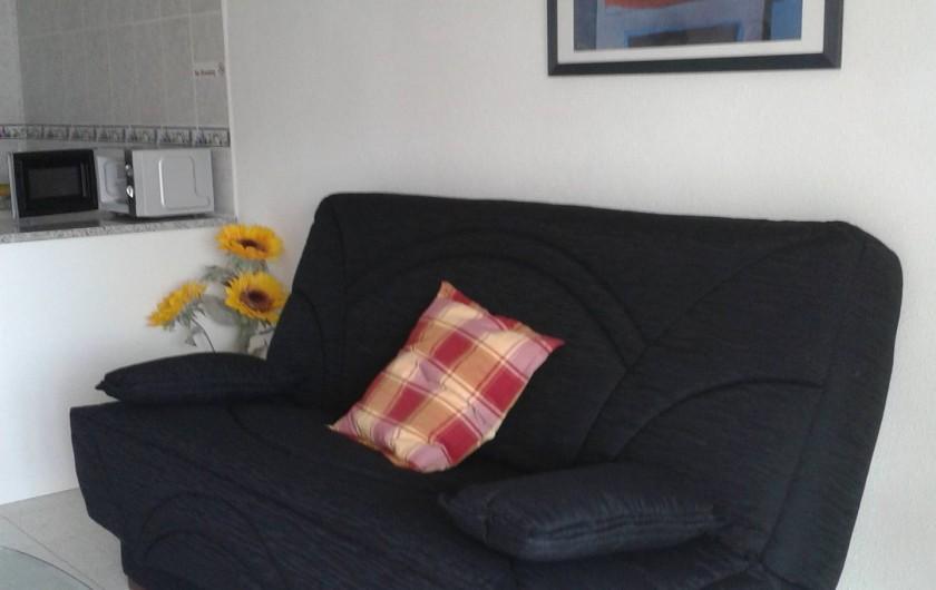Location de vacances - Appartement à Empuriabrava - Canapé lit très confortable, bon matelas, situé dans salon proche TV