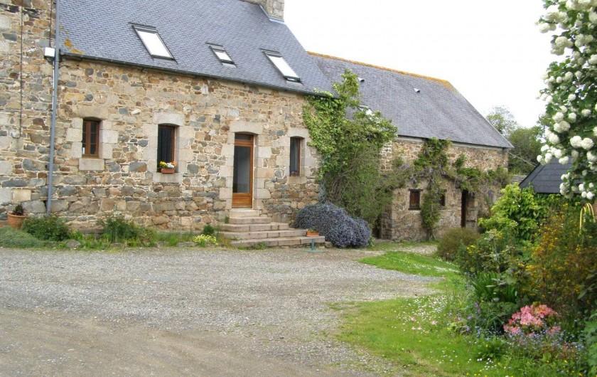 Location de vacances - Chambre d'hôtes à Plouguiel - Devant la maison