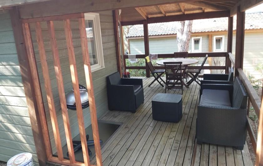 Location de vacances - Chalet à Agde - terrasse de 17m² avec salon  table  pour 6personnes et plancha