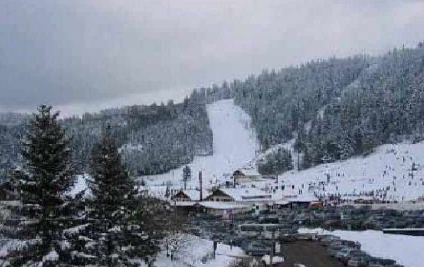 Location de vacances - Appartement à Gérardmer - vue pistes de skis depuis le balcon de l'appartement