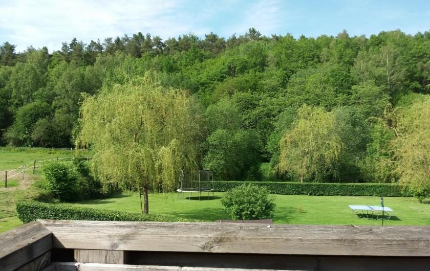 """Location de vacances - Gîte à Haut-Fays - Vue jardin et aire de jeux des terrasses """"La Chevauchée"""" et """"Les Rainettes"""""""