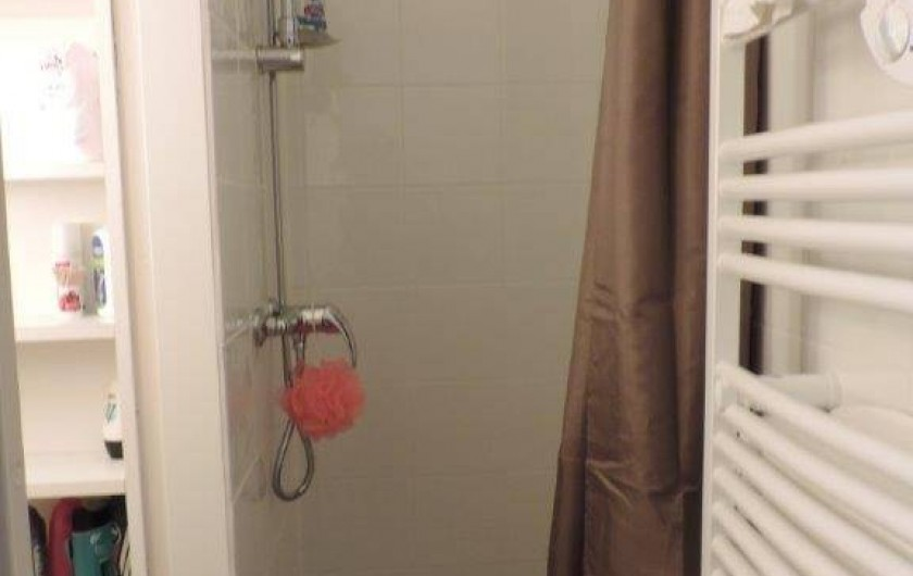 Location de vacances - Studio à Les Deux Alpes - salle de bain, douche et sèche serviettes