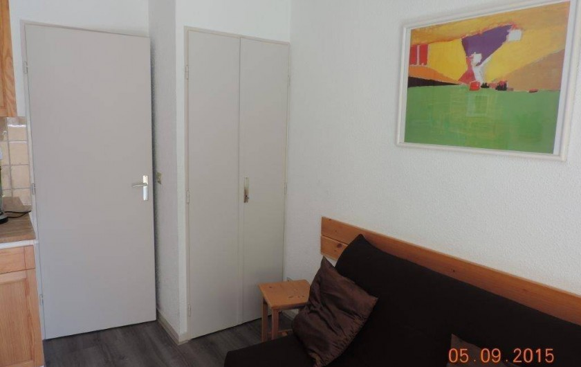 Location de vacances - Studio à Les Deux Alpes - BZ avec sur matelas confort et à gauche un placard mural avec penderie