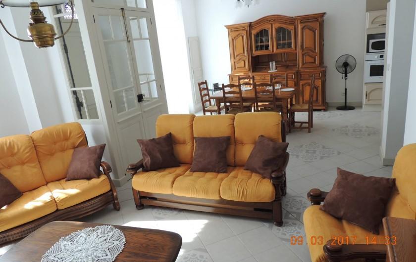 Location de vacances - Maison - Villa à La Palme - Salon, salle à manger et tambour de l'entrée.