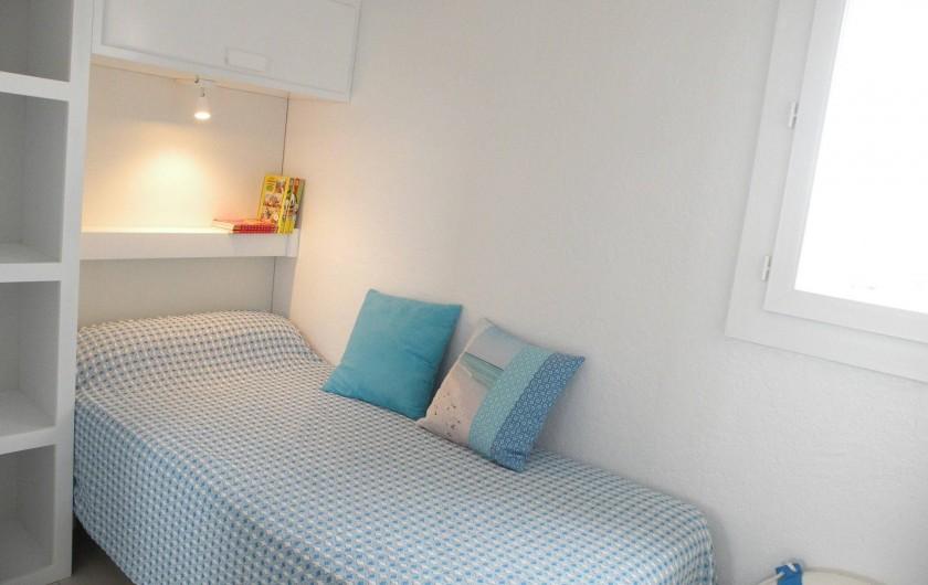 Location de vacances - Appartement à Canet-en-Roussillon - Chambre avec nombreux rangements et penderie (non visible sur la photo)
