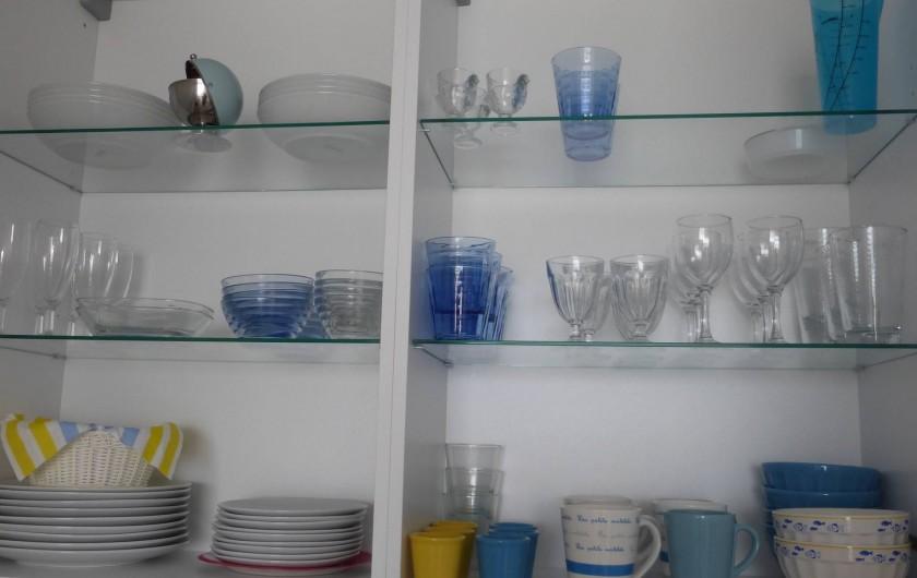 Location de vacances - Appartement à Canet-en-Roussillon - Vaisselle bleue et blanche