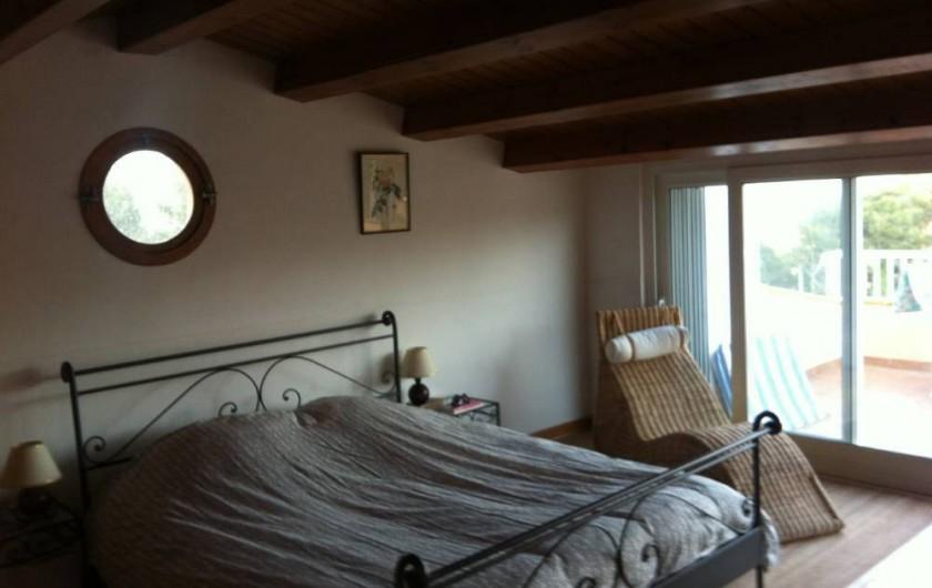 Location de vacances - Villa à Tamariu - Chambre à l'étage avec solarium et salle de bain complète