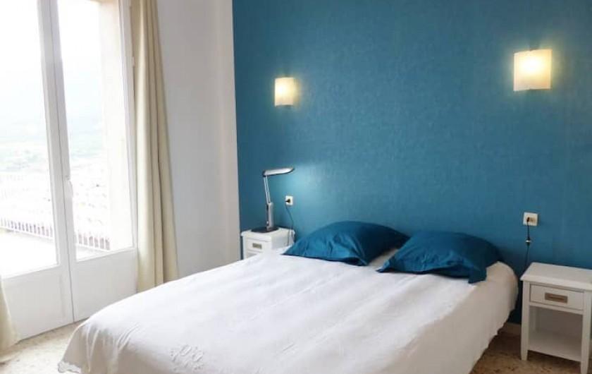 Location de vacances - Appartement à Perpignan - Chambre avec lit en 160 , porte fenêtre donnant sur terrasse de 35 m2.Sud-est