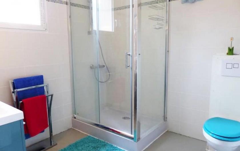 Location de vacances - Appartement à Perpignan - salle d'eau avec wc Il existe un deuxième wc séparé