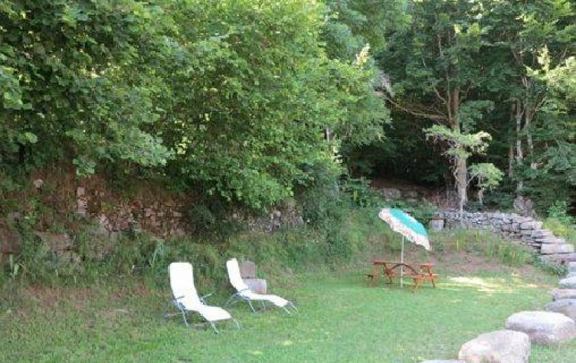 Location de vacances - Gîte à Saint-Pierre-de-Nogaret - Espace extérieur privatif, arboré avec bains de soleil...