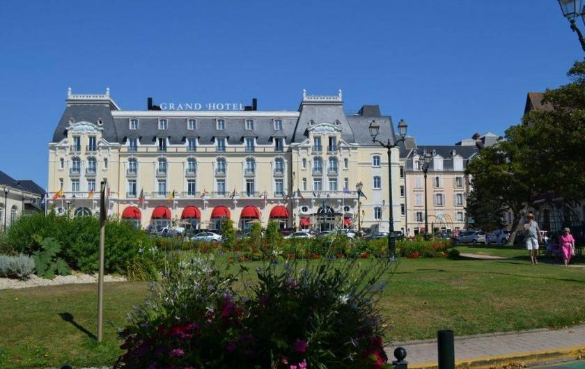 Location de vacances - Appartement à Cabourg - grand hôtel côté jardin