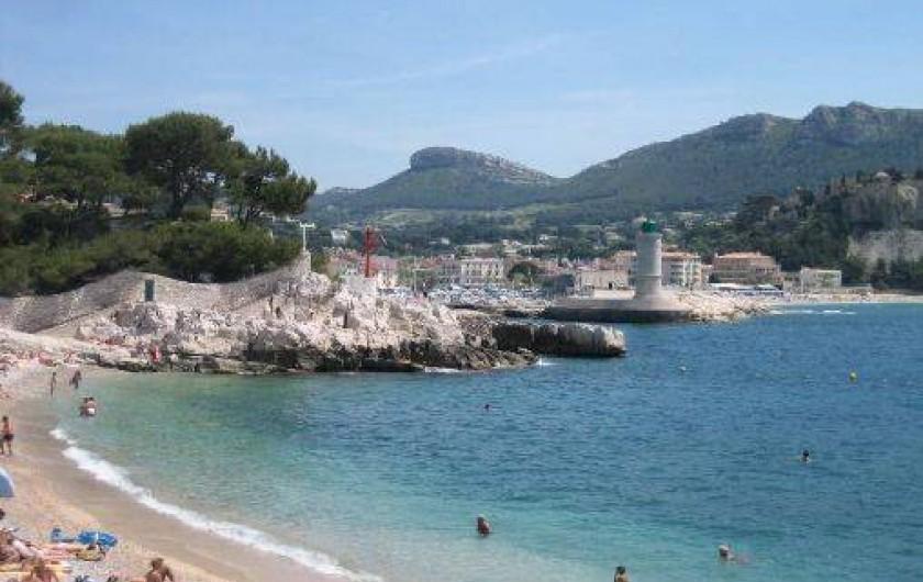 Location de vacances - Appartement à Cassis - Plage du Bestouan  vue sur le côté