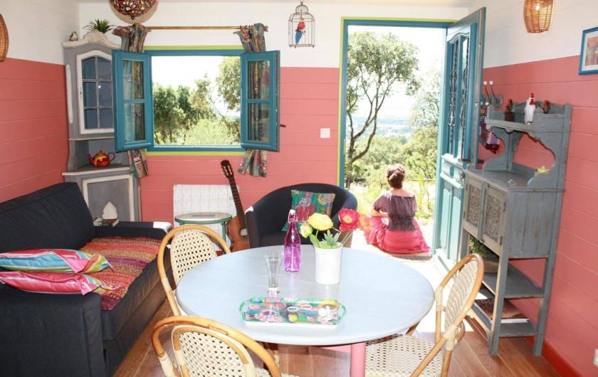 Location de vacances - Roulotte à Aniane - roulotte coin repas