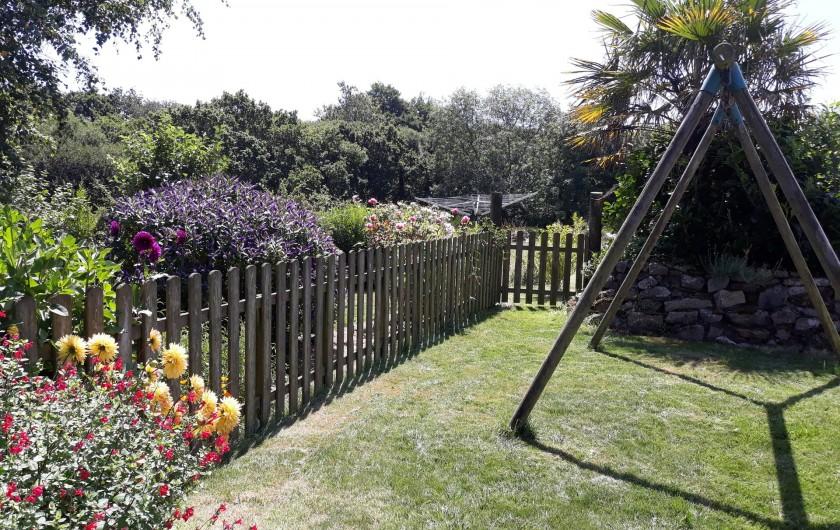 Location de vacances - Gîte à Brélès - Le jardinet et au fond le séchoir parapluie .